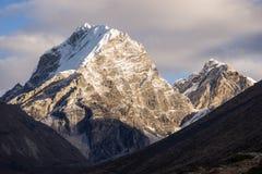 De bergpiek van het Lobucheoosten in Everest-gebied, Nepal stock foto's