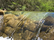 De bergrivier in de lente Stock Foto