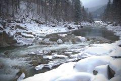 De bergrivier van de winter Stock Fotografie