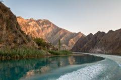 De bergrivier wordt gehuld in bergen royalty-vrije stock fotografie