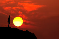 De bergsilhouet van de jongen stock foto