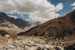 De bergstroom daalt bovenkant langs kloof stock afbeeldingen