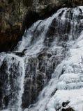 De bergwaterval van de winter Royalty-vrije Stock Foto's