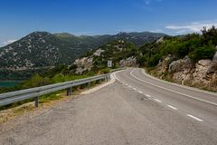De bergweg van Montenegro op een zonnige dag montenegro stock foto