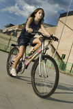 De berijdende fiets van het meisje Stock Foto
