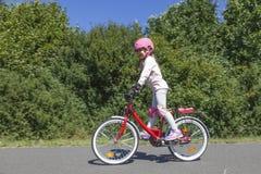De berijdende fiets van het meisje royalty-vrije stock afbeelding