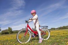 De berijdende fiets van het meisje royalty-vrije stock foto's