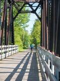 De berijdende fiets van de vrouw in platteland Chicoutimi, Saguenay, Quebec, Canada royalty-vrije stock foto's