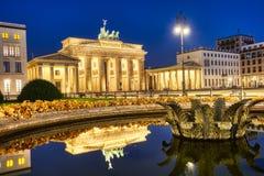 De beroemde Brandenburger-Piek in Berlijn bij Nacht stock foto