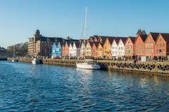 De beroemde Bryggen-straat met houten gekleurde huizen in Bergen, Noorwegen, Unesco-werelderfenis haalt - architectuurachtergrond royalty-vrije stock foto's