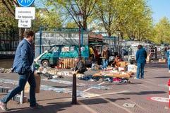 De beroemde dagelijkse vlooienmarkt op Waterlooplein, handelaars toont hun bric-à-brac en oude boeken voor verkoop, Nederland Royalty-vrije Stock Afbeeldingen