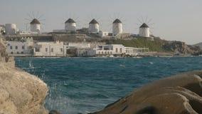 De beroemde die windmolens op mykonos door een rotsachtige oever worden ontworpen stock videobeelden