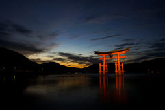 De beroemde drijvende toriipoort op Miyajima-Eiland Stock Foto