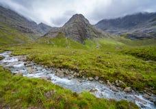 De beroemde Feepools met de Zwarte Cuillin-Bergen op de achtergrond, Eiland van Skye, Schotland stock foto's