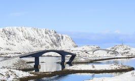 De beroemde fredvangbruggen in de winter met bergen in backgrond, lofoten eilanden, Noorwegen stock afbeelding