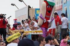 De Beroemde Hotdog die van Nathan van 2015 Wedstrijddeel 2 69 eten Stock Foto