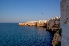 De beroemde Italiaanse klippen en de stad van Polignano een Merrie Puglia stock afbeeldingen