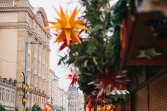 De beroemde Kerstmismarkt van Dresden in Duitsland Het vieren Kerstmis in Europa Selectieve nadruk op het gebouw Stock Foto's