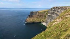 De beroemde Klippen van Moher in Ierland stock videobeelden