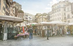 De beroemde lokale markt van Piazza Campo DE Fiori in Rome, Italië royalty-vrije stock afbeeldingen