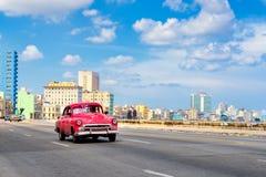 De beroemde Malecon-weg met een mening van de horizon van Havana stock foto's