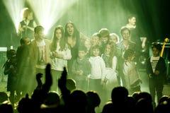 De beroemde Oekraïense zanger Jamala glimlacht met een menigte van jonge geitjes stock fotografie