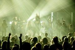 De beroemde Oekraïense zanger Jamala springt met een menigte van jonge geitjes stock afbeeldingen