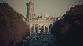 De beroemde Poort en Rotes Rathaus, het stadhuis van Brandenburg Berlijn, Duitsland stock footage