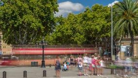 De beroemde Ramblas-straat timelapse met niet geïdentificeerde lopende toeristen in Barcelona, Spanje stock video