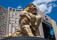 De beroemde, reuze gouden leeuw buiten het Grote Hotel van MGM en Casino op de strook van Las Vegas stock foto