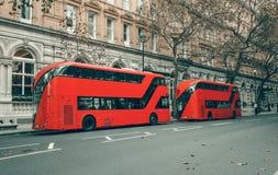 De beroemde rode bussen van dubbeldekkerLonden stock foto's