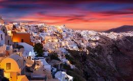 De beroemde, rode zomer sunsets over het Griekse Eiland Santorini Stock Afbeeldingen