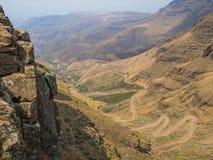 De beroemde Sani-landweg van de bergpas met vele strakke krommen die Lesotho en Zuid-Afrika verbinden stock afbeelding