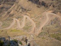 De beroemde Sani-landweg van de bergpas met vele strakke krommen die Lesotho en Zuid-Afrika verbinden stock afbeeldingen
