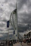 De beroemde Spinnakertoren in de haven van Portsmouth op de Zuidenkust van Engeland met lokale zaken die naar hun bureaus terugke Stock Fotografie