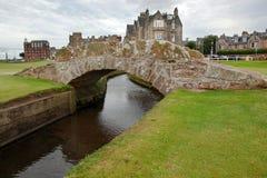 De beroemde Swilcan-brug op St Andrew Old Course stock foto's