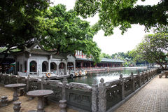 De beroemde toeristische attractie in Guangzhou, de Provincie van Guangdong, China Dit is een lokale scène met gesneden graniettr Royalty-vrije Stock Fotografie