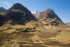 De beroemde toeristische attractie van Glencoeschotland het UK met nauwe vallei en bergen Stock Afbeeldingen