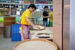 De beroemde traditionele productie van de amandelkoekjes van Macao Stock Foto's