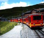 De beroemde trein van yelow rode Zwitserse Alpes Stock Foto