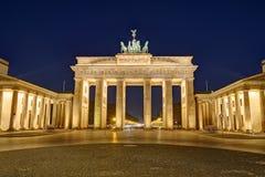 De beroemde verlichte Brandenburger-Piek in Berlijn stock afbeeldingen