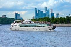 De Beroemdheid van het reisjacht gaat de rivier van Moskou uit Stock Afbeeldingen