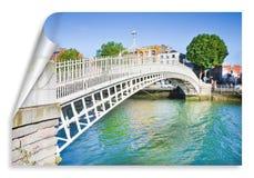 De beroemdste brug in Dublin riep Halve stuiverbrug aan de tol gepast die voor de passage wordt geladen - krul en schaduwontwerp royalty-vrije stock fotografie