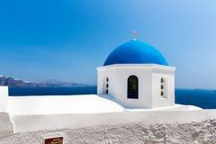 De beroemdste kerk op Santorini-Eiland, Kreta, Griekenland. Klokketoren en koepels van klassieke orthodoxe Griekse kerk Stock Foto's
