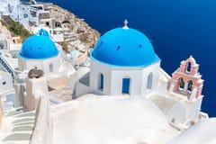 De beroemdste kerk op Santorini-Eiland, Kreta, Griekenland. Klokketoren en koepels van klassieke orthodoxe Griekse kerk Royalty-vrije Stock Afbeeldingen