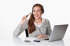 De beroeps van dagdromenjaren '20 met hoofdtelefoon en computer in wit bureau Royalty-vrije Stock Foto's