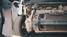 De beschadigde auto die voor professionele diagnostiek in de autodienst voorbereidingen treffen, sluit omhoog royalty-vrije stock fotografie