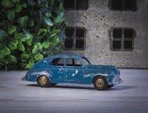 De beschadigde model blauwe kleur van de jaren '50auto is dichtbij het huis Stock Fotografie