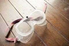De beschermende beschermende brillen van oogwaren op een houten achtergrond Royalty-vrije Stock Foto's