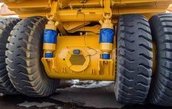 De beschermer van een groot rubberwiel Reusachtige rubber de stortplaatsvrachtwagens van de bandcarrière, mijnvrachtwagens van de royalty-vrije stock fotografie